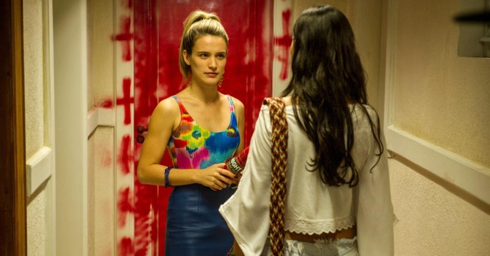 Vitória pinta a porta do apartamento de Sandra