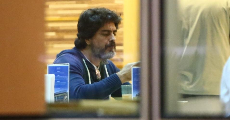 13.ago.2013 - Junno Andrade foi visto jantando no refeitório do hospital Barra D'or, na Zona Oeste do Rio, onde Alda Meneghel,