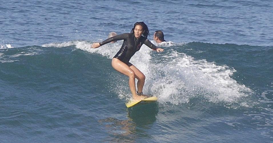 13.ago.2014 - Dani Suzuki aproveitou a manhã de sol desta quarta-feira (13) para surfar na Praia da Barra da Tijuca, na Zona Oeste do Rio. A atriz mostrou habilidade em cima da prancha