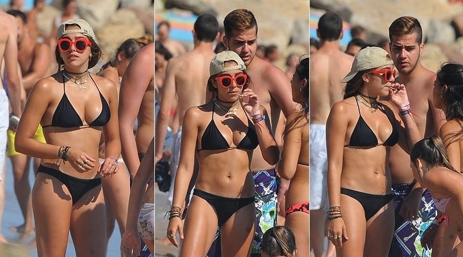13.ago.2014 - Filha da Madonna, Lourdes Maria foi fotografada de biquini preto curtindo praia em Cannes, na França. A adolescente de 17 anos segurava um cigarro