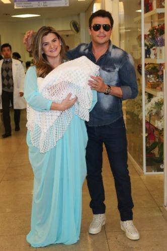 13.ago.2014 - Mirella Santos e Ceará deixam a maternidade com a filha Valentina