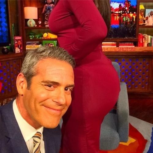 13.ago.2014 - O apresentador Andy Cohen fez a inveja de muitos homens ao fazer uma selfie com o bumbum de Kim Kardashian