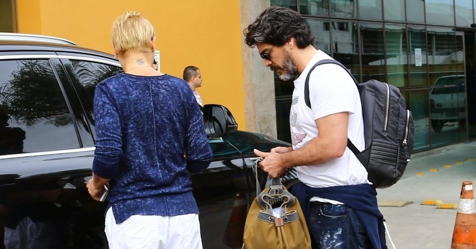 13.ago.2014 - Xuxa e o namorado deixam o hospital onde a mãe da apresentadora está internada