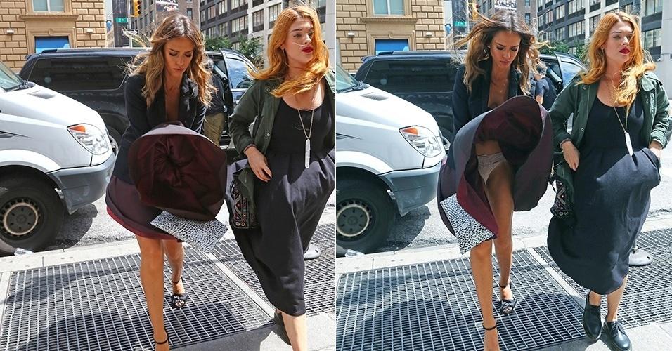 3.ago.2014 - Jessica Alba tem a saia levantada por uma saída de ar e mostra a calcinha nas ruas de Nova York