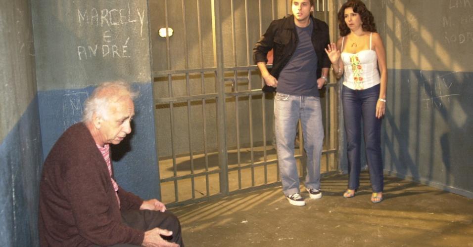 """Cena de """"Senhora do Destino"""" em que Seu Jacques (Flavio Migliaccio), é preso"""