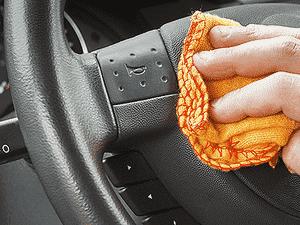 Prefira usar microfibra e não flanela ao aplicar o álcool nas superfícies do interior do veículo - Getty Images