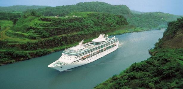 O Legend of the Seas é um dos navios que cruzam o canal neste ano