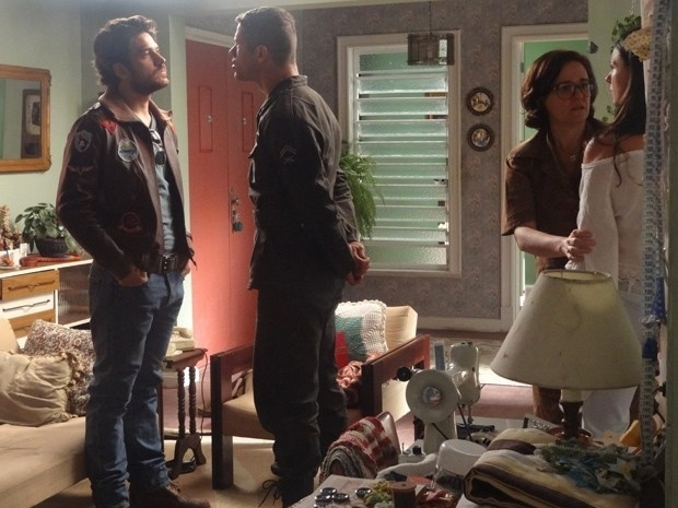 Pedro percebe o interesse de Rafael em Sandra e discute feio com o piloto