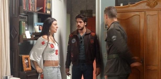 Pedro (José Loreto) tenta beijar Sandra (Isis Valverde) à força e Rafael (Marco Pigossi) chega na hora