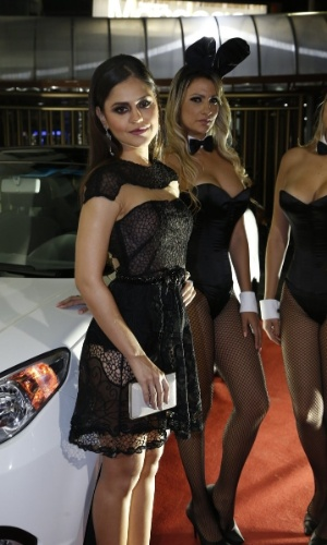 """14.ago.2014 - As fotos do ensaio nu de Jessika Alves para a """"Playboy"""" foram feitas no Rio de Janeiro e ela contou ao UOL que precisou beber vinho para esquentar, pois o clima da cidade estava frio. Na foto, a atriz chega para a festa de lançamento no Rio"""