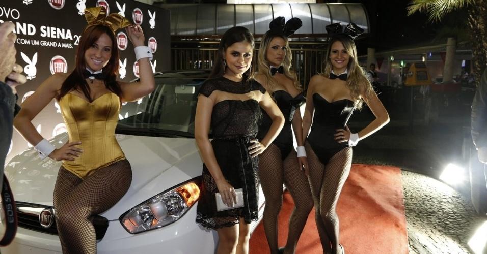 """14.ago.2014 - Jessika Alves posa com coelhinhas da """"Playboy"""" ao chegar para a festa de lançamento da revista no Rio de Janeiro"""