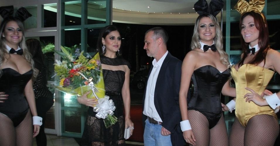 14.ago.2014 - Jessika Alves recebe flores ao chegar para a festa de lançamento de sua revista  no Hotel Pestana, em Copacabana