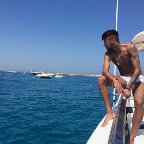 14.ago.2014 - Neymar filosofa em sua conta do Instagram em legenda de foto na qual aparece de sunga