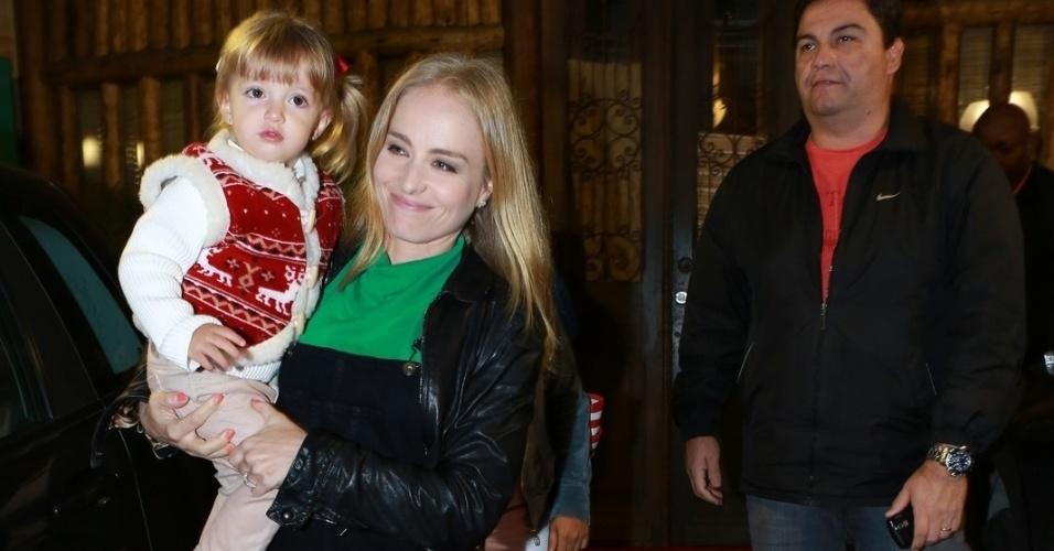 14.ago.2014- Angélica é flagrada deixando a festa do filho de Carolina Dieckmann com a pequena Eva no colo