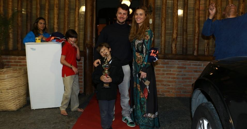 14.ago.2014- Carolina Dieckmann e Tiago Worman posam com o filho José, que festejou seu aniversário de 7 anos em uma casa de festas no Rio de Janeiro
