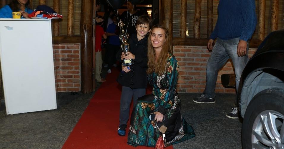 14.ago.2014- Carolina Dieckmann posa com o caçula José na porta da casa de festas no Rio de Janeiro