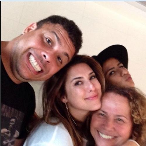 """14.ago.2014- Ronaldo curte férias em Ibiza com Paula Morais, dona Sônia e Fernanda Paes Leme: """"Café da manha em Ibiza com filhão, norinha, e Fernanda"""", escreveu a mãe do ex-jogador no Instagram"""