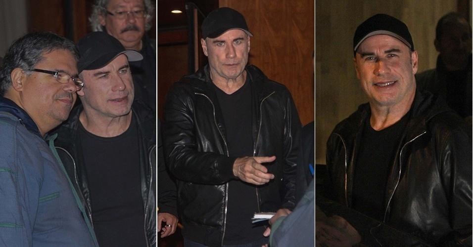 14.ago.2014 - John Travolta deixa um hotel em São Paulo e, simpático, tira fotos com fãs.