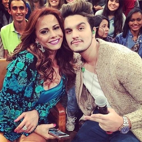 """14.ago.2014 - Luan Santana posta foto com Viviane Araújo durante a gravação do programa """"Altas Horas"""", nesta quinta-feira"""