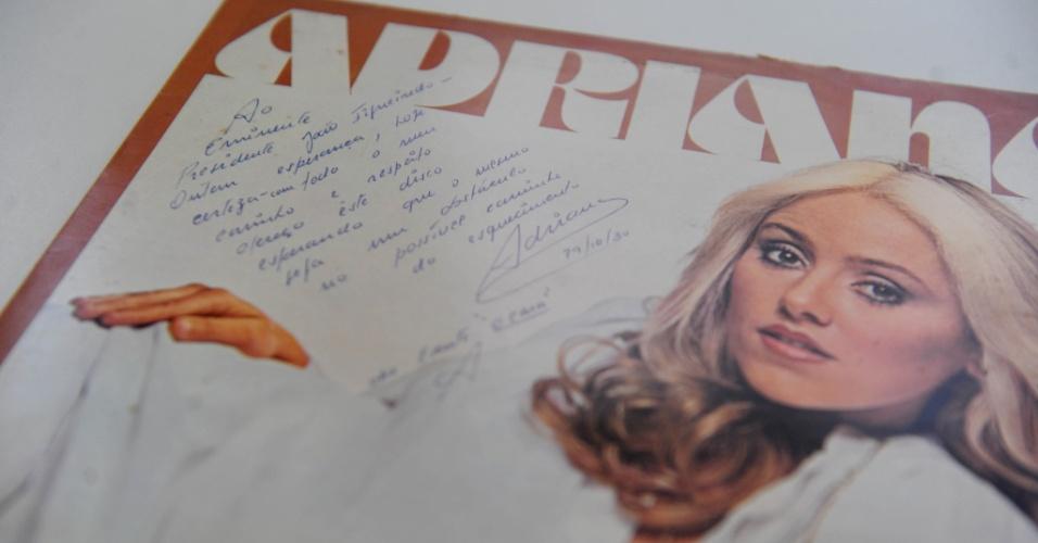 15.ago.2014 - Na coleção de Zero Freitas, um LP da cantora Adriana com dedicatória ao político Paulo Maluf e sua esposa Sylvia