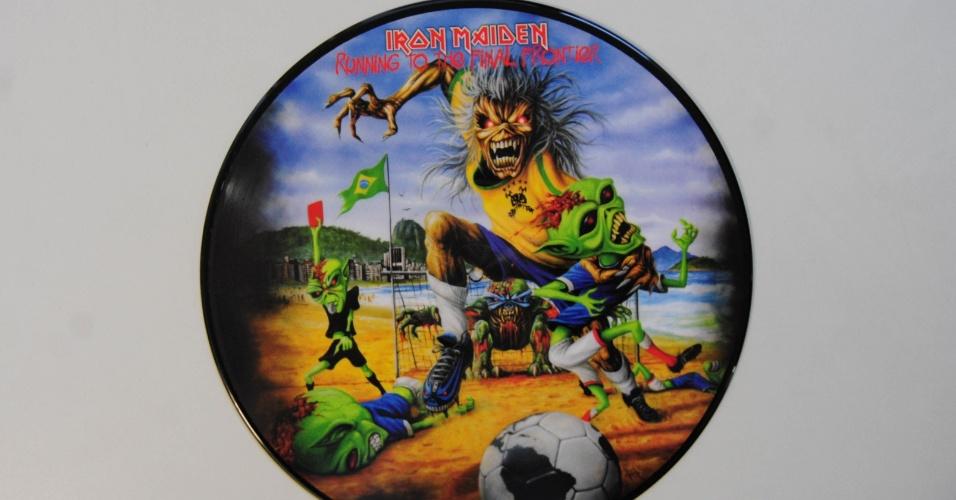 """15.ago.2014 - Na coleção de Zero Freitas, o picture disc do Iron Maiden, """"Running To The Final Frontier"""" (2012), referente à turnê de """"The Final Frontier"""" que teve seu último show em 2011"""