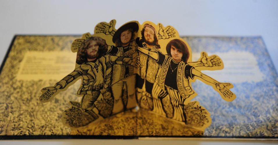 """15.ago.2014 - O álbum """"Stand Up"""", do Jethro Tull (1969), ainda conta com encarte lúdico com os integrantes do grupo"""