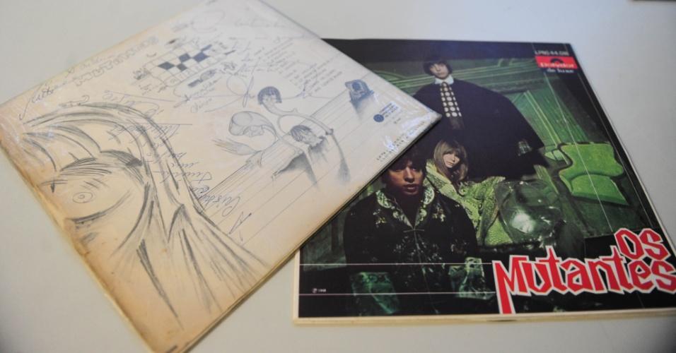 """15.ago.2014 - Na coleção de Zero Freitas, duas edições originais de """"Os Mutantes"""" (1968), uma delas assinada por Rita Lee, Arnaldo Baptista e Sérgio Dias"""