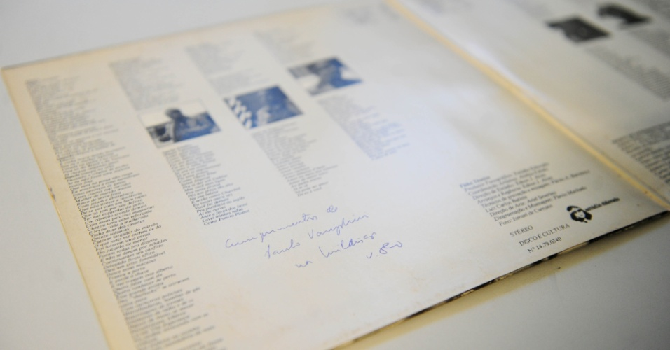 """5.ago.2014 - Na coleção de Zero Freitas, álbum de Paulo Vanzolini, """"Por Ele Mesmo"""" (1981), autografado pelo próprio"""
