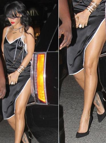 15.ago.2014 - Acompanhada do segurança, a cantora Rihanna sai de restaurante em Nova York, nos EUA, com um vestido de seda preto e com fenda lateral.  A popstar parou e posour para uma selfie com um fã