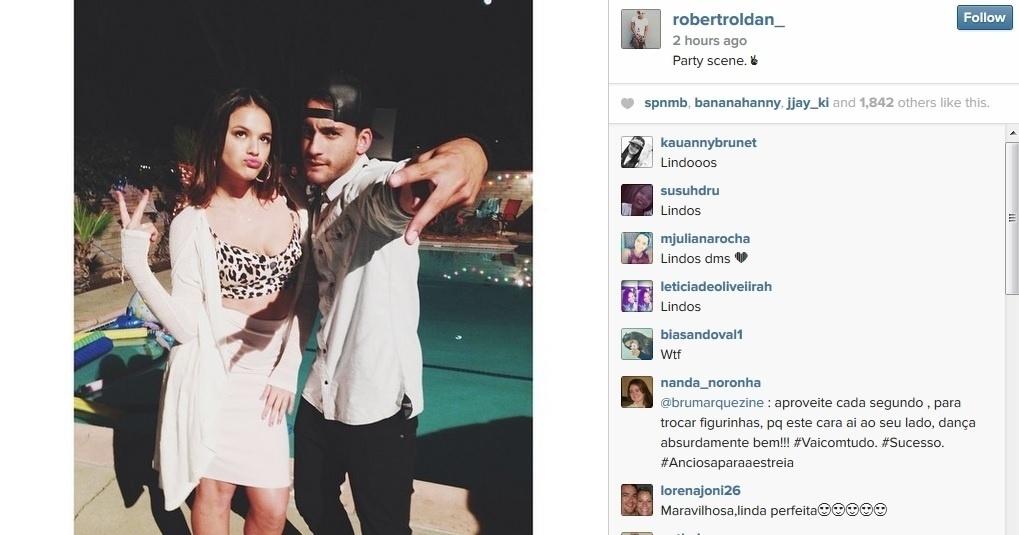 15.ago.2014 - Bruna Marquezine caprichou no bico ao posar para foto ao lado de Robert Roldan, seu colega de elenco no filme