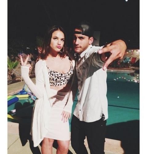 """15.ago.2014 - Bruna Marquezine caprichou no bico ao posar para foto ao lado de Robert Roldan, seu colega de elenco no filme """"Breaking Through"""" que está sendo rodado em Los Angeles"""