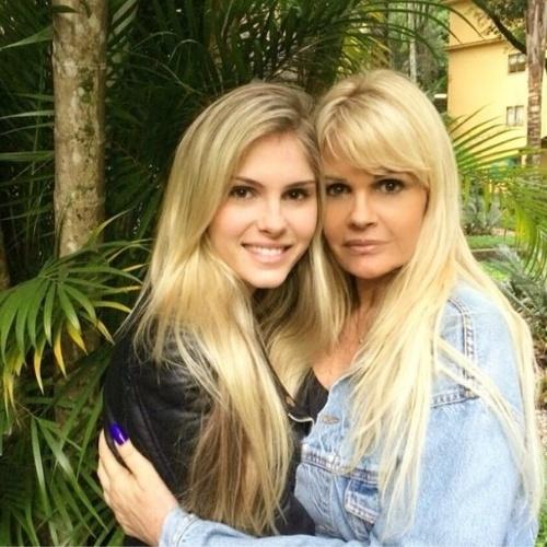 15.ago.2014 - Monique Evans recebeu visita da filha, Bárbara Evans, na clínica psiquiátrica onde está internada no Rio