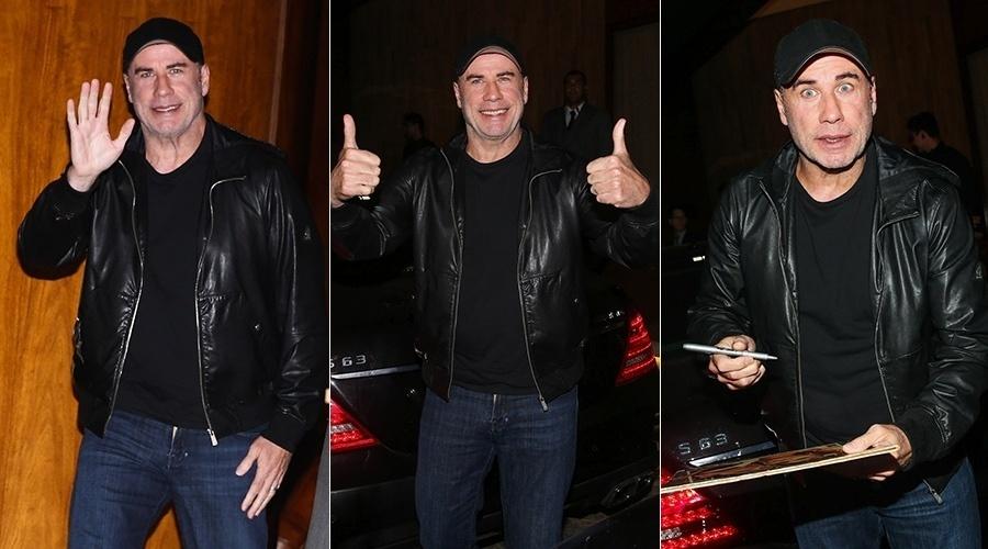 15.ago.2014 - Simpático, John Travolta acenou para os fotógrafos e distribuiu autógrafos ao deixar o hotel onde está hospedado em São Paulo