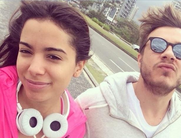 15.ago.2014- Anitta faz selfie com o cabeleireiro Thiago Fortes enquanto caminha na orla da Barra da Tijuca, zona oeste do Rio