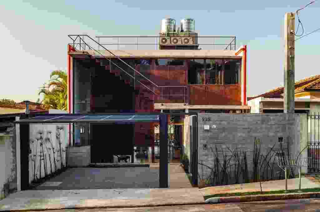 Simples e compacta, a casa Pepiguari é estruturalmente dividida em área social (à esq.), ocupando 2/3 da largura do terreno, e área de serviços, na outra terça parte. A obra exibe uma fachada em aço corten com aberturas estrategicamente localizadas. Constituída por três pisos, o térreo tem cozinha e salas de jantar e estar integradas; o intermediário concentra três dormitórios; e a cobertura é um mirante para a cidade de São Paulo, com amplo gramado. O projeto é do escritório Brasil Arquitetura - Nelson Kon/ UOL