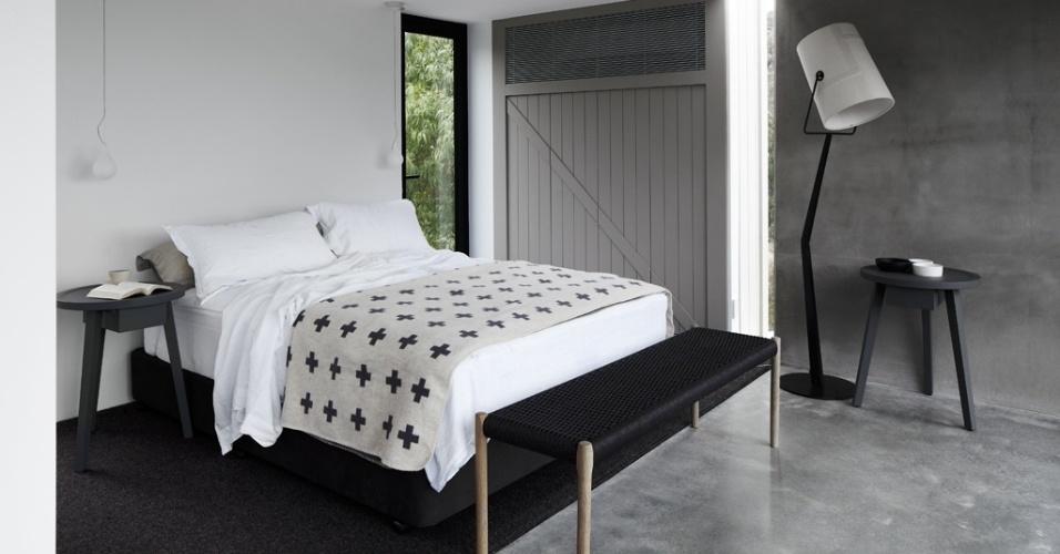 A porta de vidro duplo do dormitório dá acesso ao terraço posterior, privativo para o casal (face norte). Na