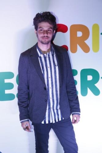 """16.ago.2014 - Antes de subir ao palco, Chay Suede posa para foto nos bastidores do 29º Criança Esperança, da TV Globo, que acontece no Citibank Hall, no Rio. A gravação ocorre na tarde deste sábado para ser exibido após a novela """"Império"""""""