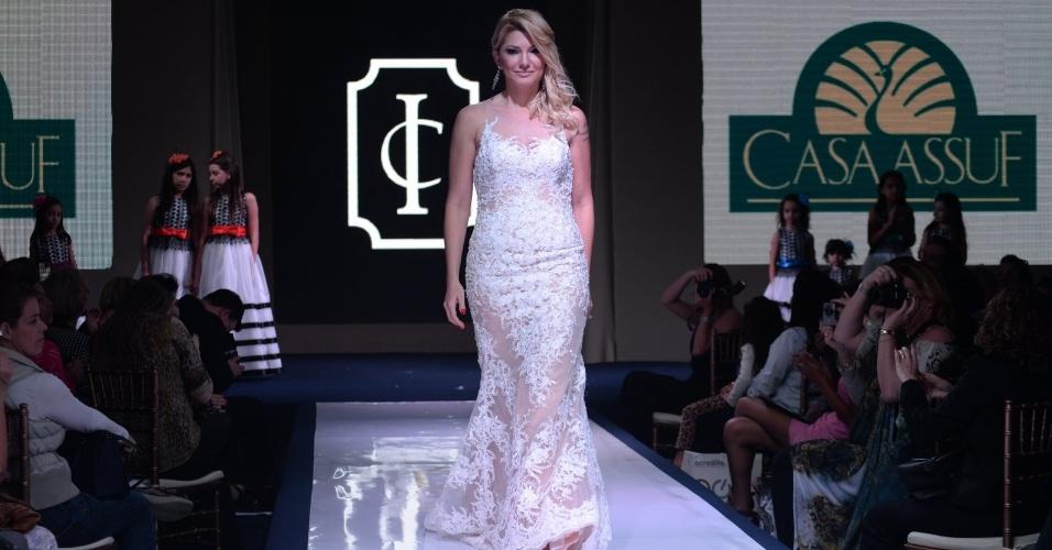 "16.ago.2014 - Antonia Fontenelle se veste de noiva no evento de moda festa ""Inesquecível Casamento Week Rio de Janeiro"""