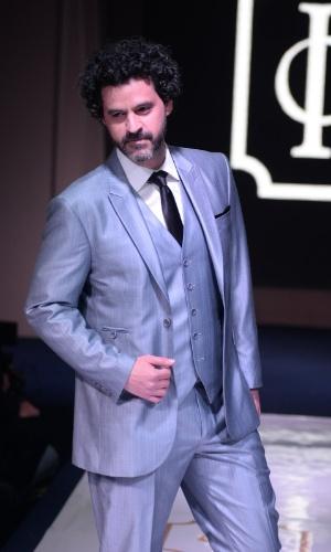 """16.ago.2014 - Cheio de estilo, o ator Bruno Garcia desfila em evento de moda festa """"Inesquecível Casamento Week Rio de Janeiro"""""""