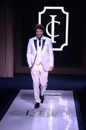 """16.ago.2014 - Marcelo Serrado desfila em evento de moda festa """"Inesquecível Casamento Week Rio de Janeiro"""""""