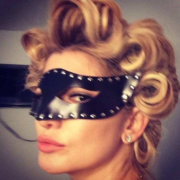 16.ago.2014 - No dia em que Madonna completa 56 anos, Antônia Fontenelle posa como a cantora em editorial de moda