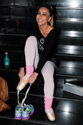 16.ago.2014 - Sabrina Sato coloca sapatilha de ponta para ensaiar passos de balé em sua academia, em São Paulo