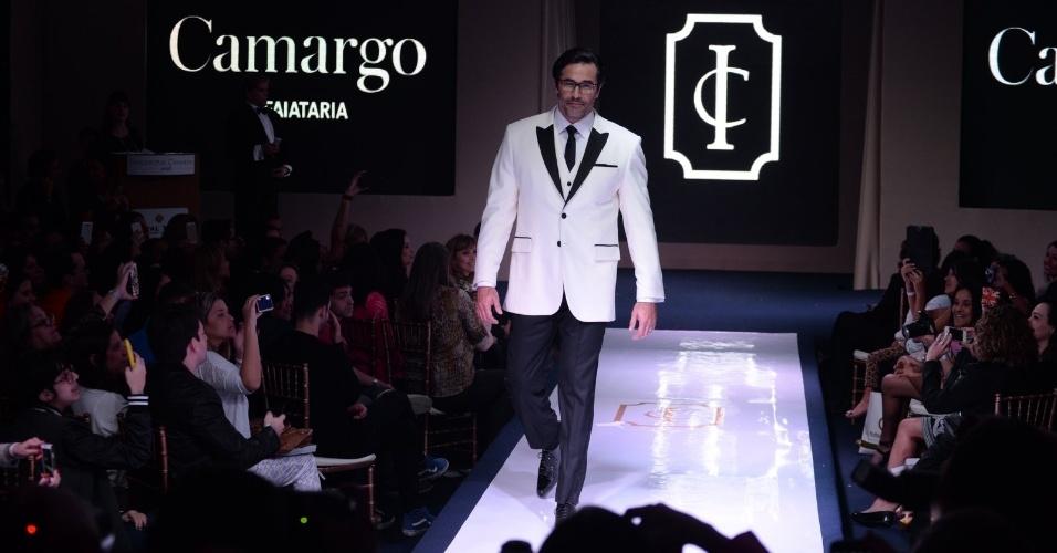 """16.ago.2014 - Vestido de branco, o ator Luciano Szafir desfila em evento de moda festa """"Inesquecível Casamento Week Rio de Janeiro"""""""