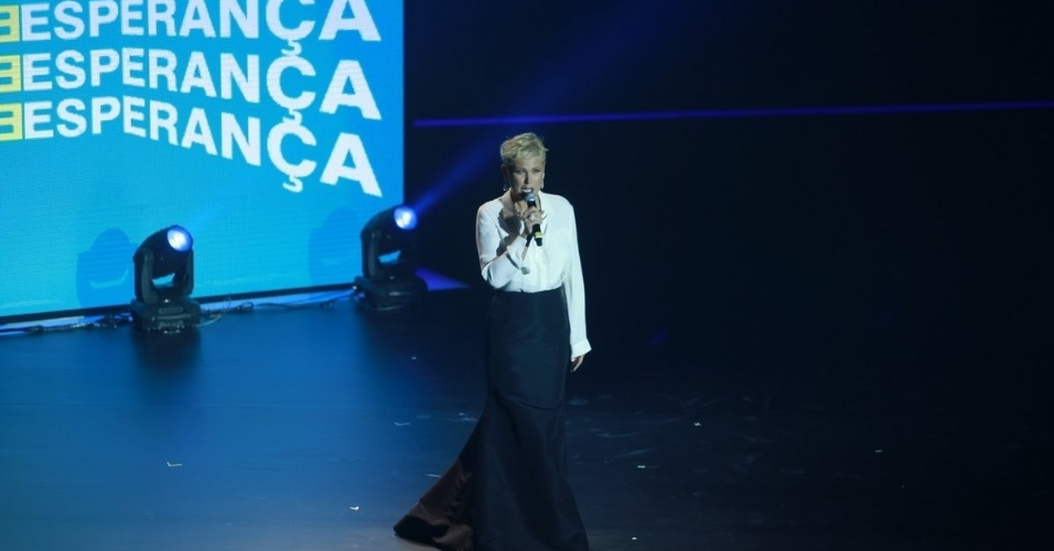 """16.ago.2014 - Xuxa sobe ao palco do 29º Criança Esperança, da TV Globo, que acontece no Citibank Hall, no Rio. A gravação ocorre na tarde deste sábado para ser exibido após a novela """"Império"""""""