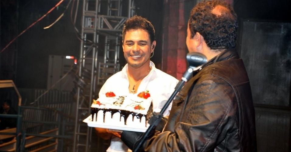 16.ago.2014 - Zezé di Camargo ganhou bolo e beijo da namorada Graciele Lacerda pelos 52 anos, durante show em Mariana, em Minas Gerais.