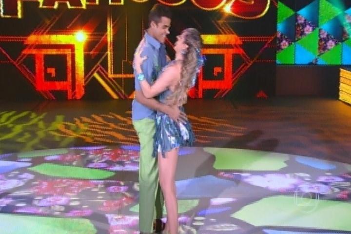 """17.ago.2014 - Ao lado de Raquel Guarini, Marcelo Mello Jr., bastante elogiado e tido como um dos favoritos na """"Dança dos Famosos"""", dançou ao som de """"Tenho sede""""."""