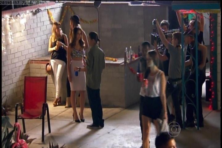 """17.ago.2014 - Em Los Angeles, Bruna Marquezine mostra os bastidores do filme """"Breaking Through"""". Este é  o primeiro longa internacional da atriz brasileira"""