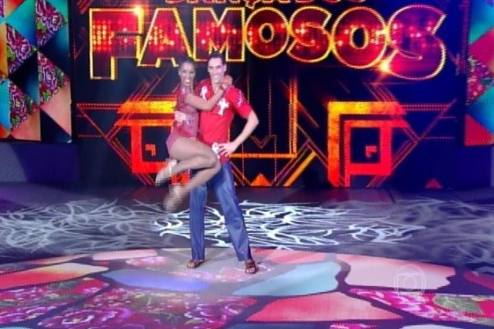 """17.ago.2014 - Giba e Camila Lobo foram a primeira dupla a se apresentar na noite deste domingo (17). Os dois dançaram ao som de """"Eu só quero um xodó""""."""
