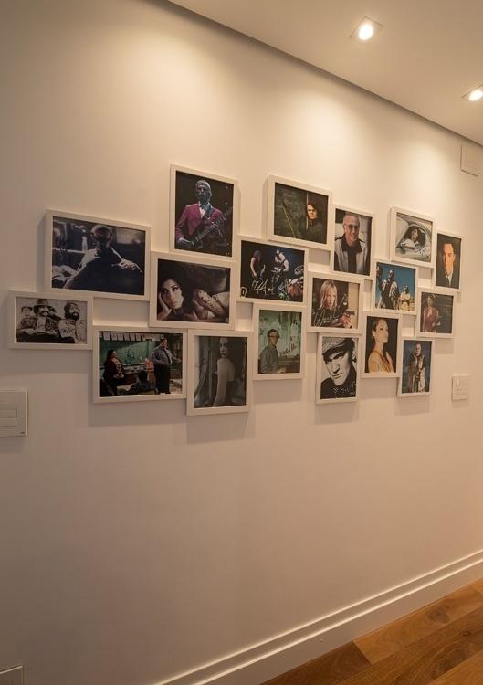 Na parede do corredor que dá acesso aos quartos, o painel agrupa as fotos autografadas de artistas da música, cinema e moda. A coleção é do casal proprietário do apartamento localizado em Campinas (SP) e decorado pela arquiteta Elaine Carvalho