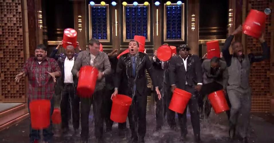 "13.ago.2014 - Jimmy Fallon foi desafiado por diversos famosos e levou o banho de água fria ao palco do ""The Tonight Show Starring Jimmy Fallon"" ao lado de Rob Riggle, Horatio Sanz, Steve Higgins The Roots"